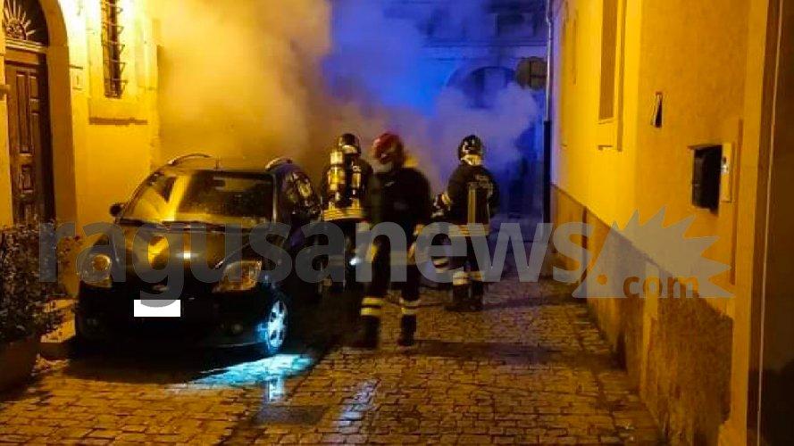 https://www.ragusanews.com//immagini_articoli/20-02-2021/a-fuoco-un-auto-al-quartiere-san-giuseppe-a-scicli-500.jpg