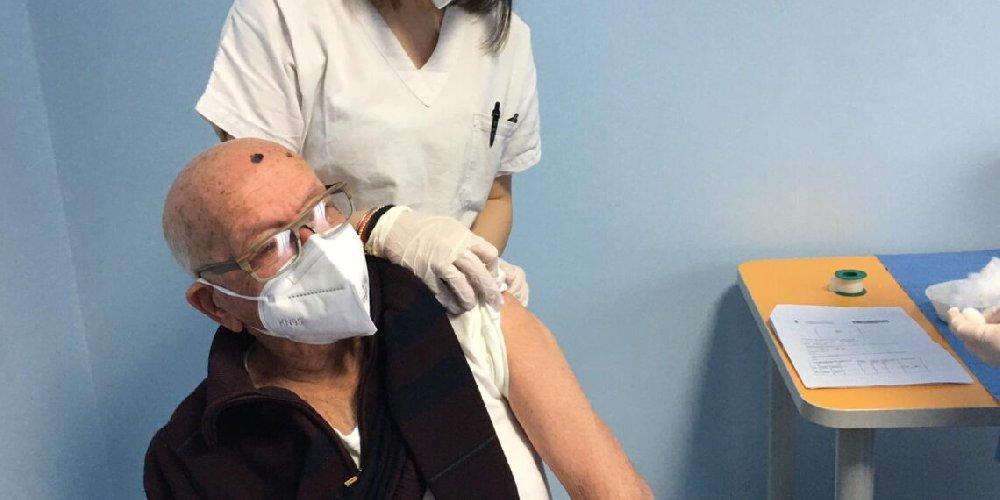 https://www.ragusanews.com//immagini_articoli/20-02-2021/un-vittoriese-di-100-anni-il-piu-anziano-vaccinato-iun-sicilia-500.jpg