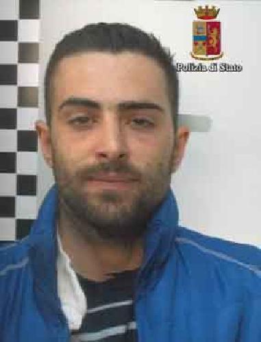 http://www.ragusanews.com//immagini_articoli/20-03-2017/stava-rubando-auto-arrestato-salvatore-fidone-500.jpg
