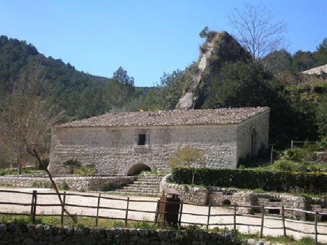 https://www.ragusanews.com//immagini_articoli/20-03-2018/giarratana-ipogeo-calaforno-luoghi-primavera-500.jpg