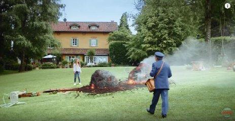 https://www.ragusanews.com//immagini_articoli/20-03-2018/ultimo-spot-buondi-meteorite-colpisce-umanita-video-240.jpg