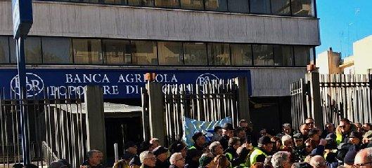 https://www.ragusanews.com//immagini_articoli/20-03-2019/azioni-banca-agricola-ragusa-incontro-roma-240.jpg