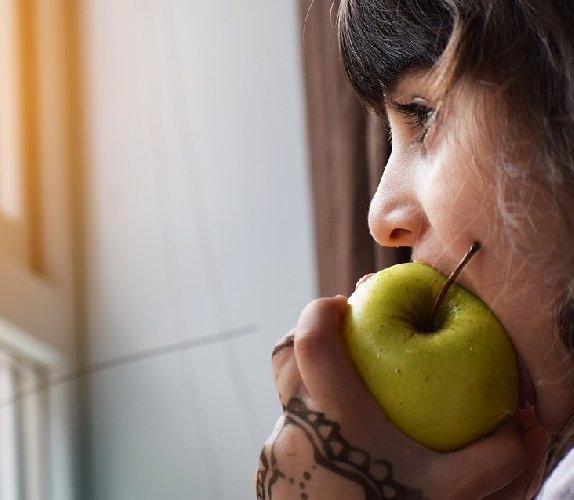 https://www.ragusanews.com//immagini_articoli/20-03-2019/mangiare-frutta-con-buccia-bene-500.jpg