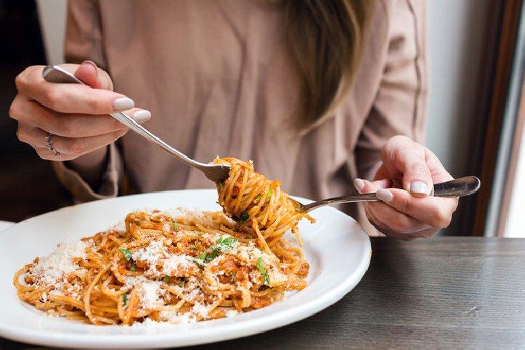 https://www.ragusanews.com//immagini_articoli/20-03-2019/mangiare-pasta-sera-bene-500.jpg