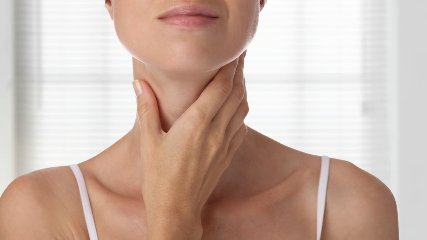 https://www.ragusanews.com//immagini_articoli/20-03-2019/problemi-tiroide-segreti-per-tenerla-forma-240.jpg