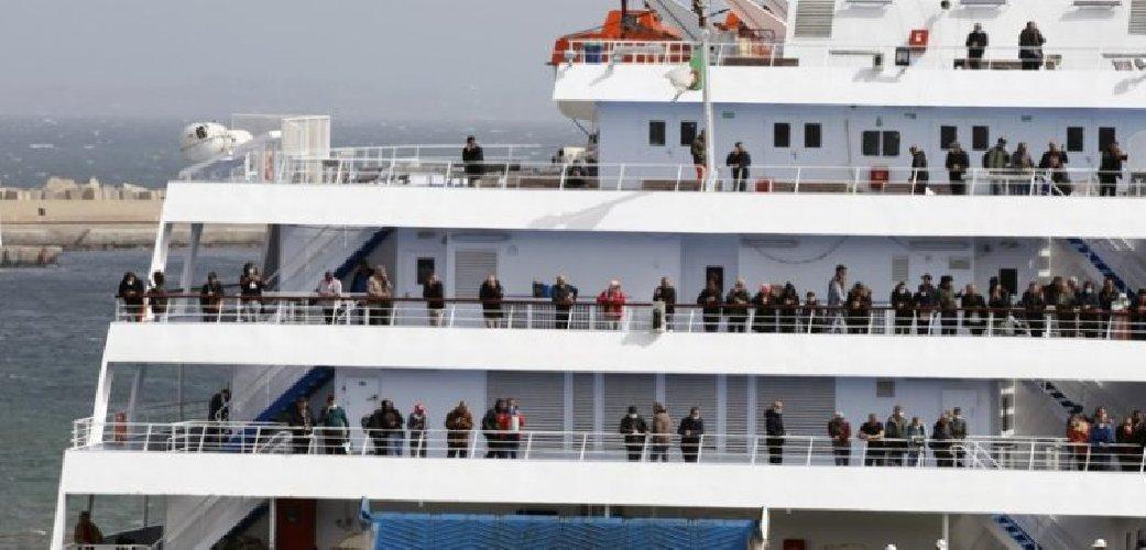 https://www.ragusanews.com//immagini_articoli/20-03-2021/migranti-dottoressa-positiva-lascia-nave-quarantena-a-pozzallo-500.jpg