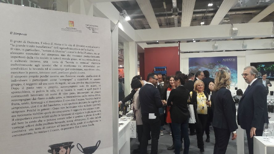 https://www.ragusanews.com//immagini_articoli/20-04-2018/1524214152-viaggio-vino-sicilia-vinitaly-verona-1-500.jpg