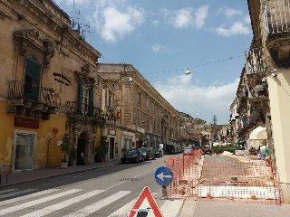 https://www.ragusanews.com//immagini_articoli/20-04-2018/allarga-area-pedonale-corso-umberto-modica-240.jpg