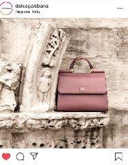 https://www.ragusanews.com//immagini_articoli/20-04-2019/dg-pubblicizza-la-bag-portale-di-san-giorgio-a-ibla-240.jpg