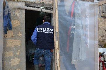 https://www.ragusanews.com//immagini_articoli/20-04-2019/scicli-arrestati-due-imprenditori-per-sfruttamento-manodopera-240.jpg