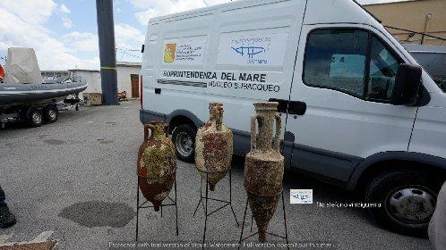 https://www.ragusanews.com//immagini_articoli/20-04-2021/1618912346-dai-mari-siciliani-riaffiorano-tre-antiche-anfore-romane-foto-1-280.jpg