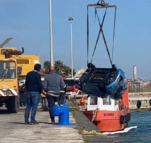 https://www.ragusanews.com//immagini_articoli/20-04-2021/1618930230-tenta-suicidio-lanciandosi-in-mare-un-auto-il-re-dell-auto-salvatore-luca-1-500.jpg