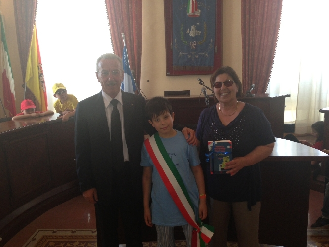 http://www.ragusanews.com//immagini_articoli/20-05-2013/un-bimbo-sciclitano-diventa-sindaco-a-pozzallo-500.jpg