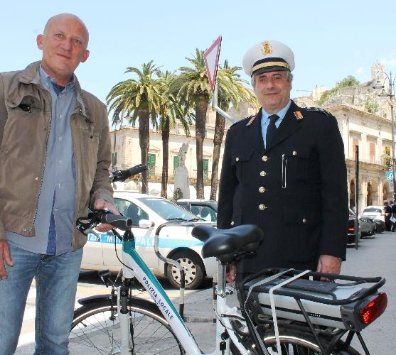 http://www.ragusanews.com//immagini_articoli/20-05-2015/una-bici-elettrica-donata-alla-polizia-locale-500.jpg