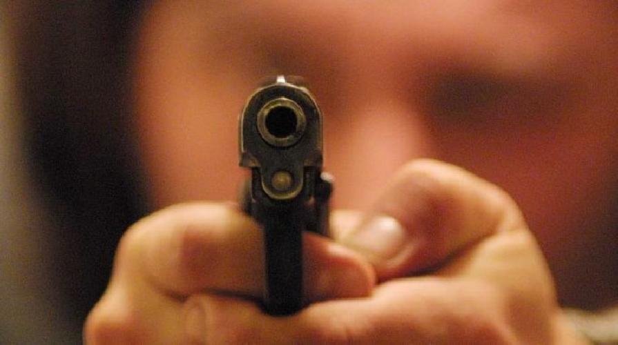 http://www.ragusanews.com//immagini_articoli/20-05-2016/scicli-minaccia-e-punta-la-pistola-contro-la-ex-500.jpg
