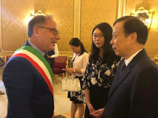 https://www.ragusanews.com//immagini_articoli/20-05-2018/lambasciatore-cinese-italia-ruiyu-noto-500.jpg
