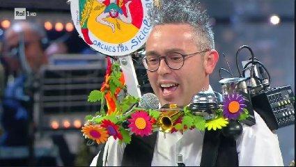https://www.ragusanews.com//immagini_articoli/20-05-2018/uomo-orchestra-giarratana-corrida-video-240.jpg
