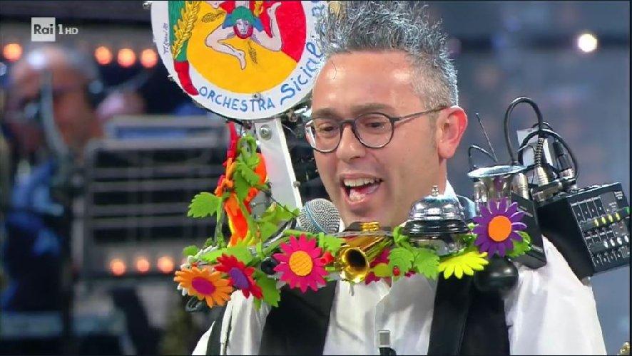 https://www.ragusanews.com//immagini_articoli/20-05-2018/uomo-orchestra-giarratana-corrida-video-500.jpg