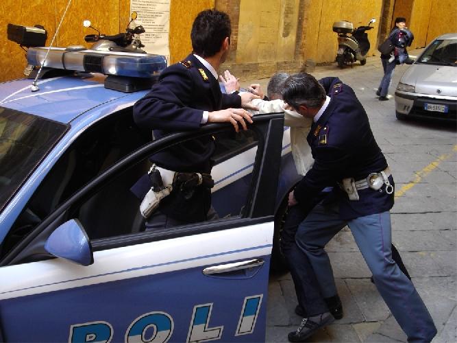 http://www.ragusanews.com//immagini_articoli/20-06-2014/droga-un-anno-per-il-poliziotto-arrestato-500.jpg