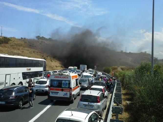 http://www.ragusanews.com//immagini_articoli/20-06-2016/incidente-in-una-galleria-sulla-catania-siracusa-500.jpg