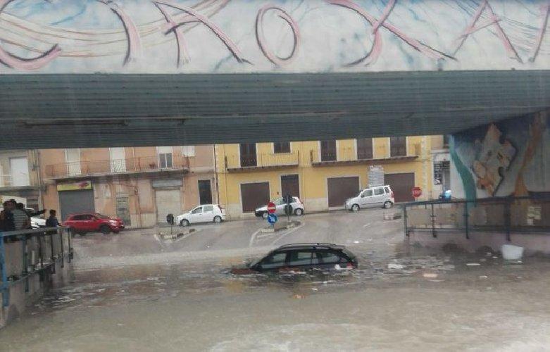 https://www.ragusanews.com//immagini_articoli/20-06-2018/canicatti-auto-sott-acqua-500.jpg