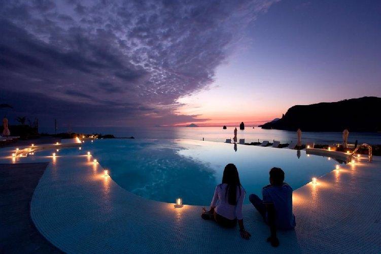 https://www.ragusanews.com//immagini_articoli/20-06-2019/cene-a-quattro-mani-al-therasia-resort-500.jpg
