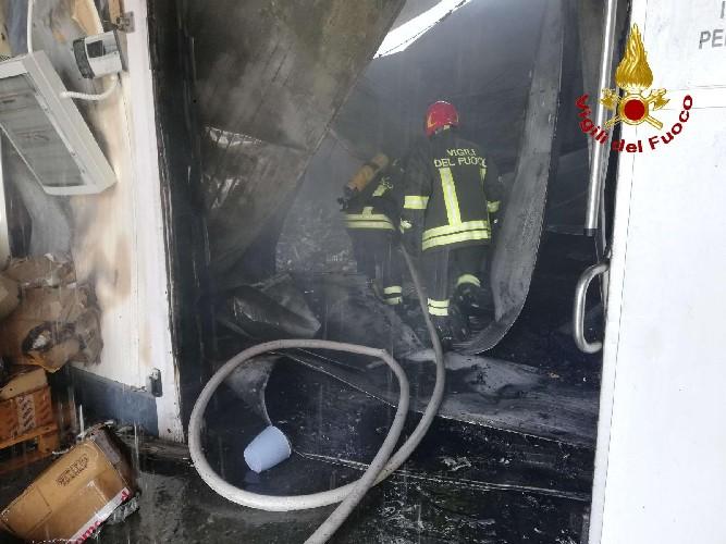 https://www.ragusanews.com//immagini_articoli/20-06-2020/incendio-alla-autotrasporti-carnazza-500.jpg