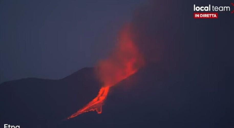 https://www.ragusanews.com//immagini_articoli/20-06-2021/etna-in-eruzione-catania-sepolta-di-cenere-lavica-500.jpg