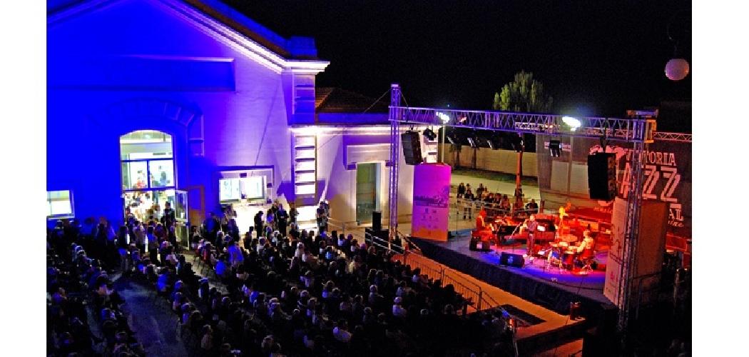 https://www.ragusanews.com//immagini_articoli/20-07-2014/a-vittoria-il-jazz-e-on-the-beach-video-500.jpg
