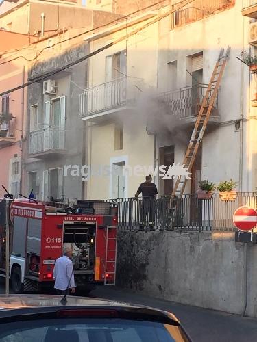 http://www.ragusanews.com//immagini_articoli/20-07-2017/chiaramonte-incendio-casa-cappella-500.jpg