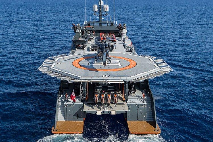https://www.ragusanews.com//immagini_articoli/20-07-2019/1563659978-yacht-e-arrivato-il-lonia-con-elicottero-tetto-1-500.jpg
