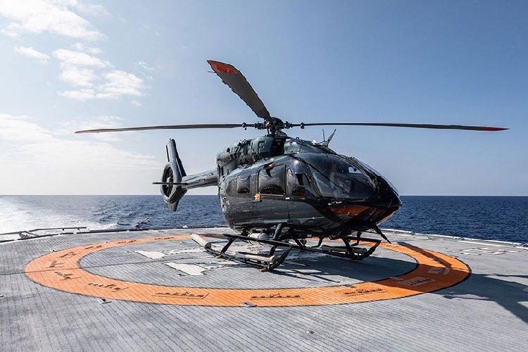 https://www.ragusanews.com//immagini_articoli/20-07-2019/1563660020-yacht-e-arrivato-il-lonia-con-elicottero-tetto-1-500.jpg