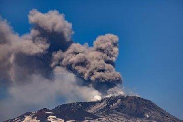 https://www.ragusanews.com//immagini_articoli/20-07-2019/etna-in-eruzione-l-aeroporto-di-catania-parzialmente-chiuso-240.jpg