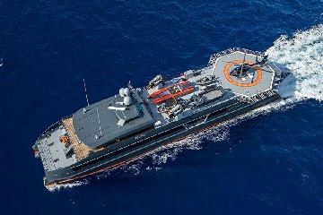https://www.ragusanews.com//immagini_articoli/20-07-2019/yacht-e-arrivato-il-lonian-con-elicottero-tetto-240.jpg