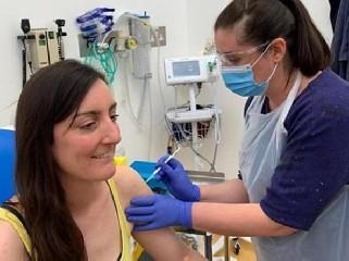 https://www.ragusanews.com//immagini_articoli/20-07-2020/coronavirus-il-vaccino-di-oxford-e-forte-e-stimola-al-risposta-immunitaria-240.jpg