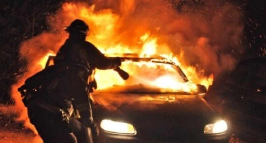 https://www.ragusanews.com//immagini_articoli/20-08-2017/fuoco-unauto-aldo-moro-500.jpg