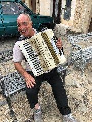 https://www.ragusanews.com//immagini_articoli/20-08-2018/1534752442-franky-maccora-fisarmonicista-nebrodi-1-240.jpg