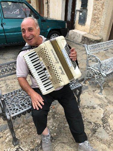 https://www.ragusanews.com//immagini_articoli/20-08-2018/1534752442-franky-maccora-fisarmonicista-nebrodi-1-500.jpg