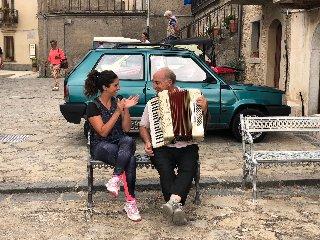 https://www.ragusanews.com//immagini_articoli/20-08-2018/franky-maccora-fisarmonicista-nebrodi-240.jpg