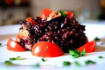 https://www.ragusanews.com//immagini_articoli/20-08-2018/insalata-riso-venere-cozze-pomodorini-240.jpg