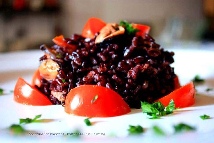 https://www.ragusanews.com//immagini_articoli/20-08-2018/insalata-riso-venere-cozze-pomodorini-500.jpg