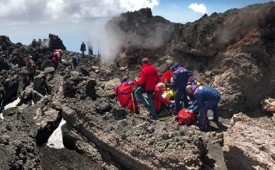 https://www.ragusanews.com//immagini_articoli/20-08-2018/temporali-violenti-turisti-francesi-recuperati-etna-240.jpg