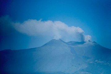 https://www.ragusanews.com//immagini_articoli/20-08-2019/etna-emissioni-di-cenere-240.jpg