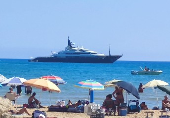 https://www.ragusanews.com//immagini_articoli/20-08-2020/1597941467-yacht-in-sicilia-e-arrivato-l-alfa-nero-amato-da-beyonce-e-bill-gates-1-240.jpg