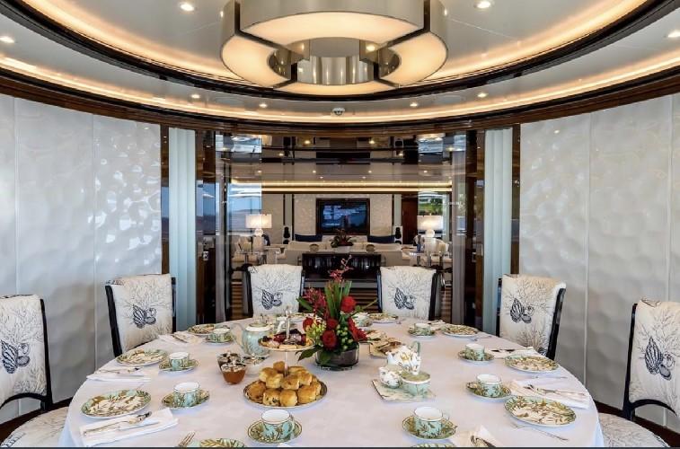 https://www.ragusanews.com//immagini_articoli/20-08-2020/1597941596-yacht-in-sicilia-e-arrivato-l-alfa-nero-amato-da-beyonce-e-bill-gates-1-500.jpg