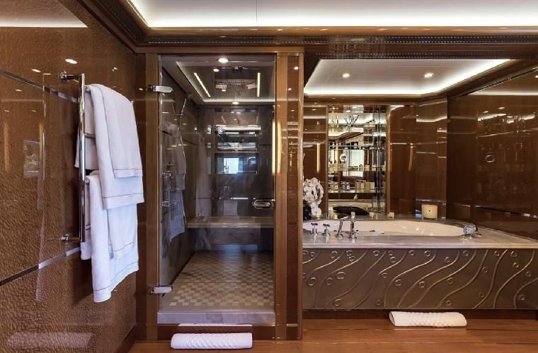 https://www.ragusanews.com//immagini_articoli/20-08-2020/1597942022-yacht-in-sicilia-e-arrivato-l-alfa-nero-amato-da-beyonce-e-bill-gates-1-500.jpg