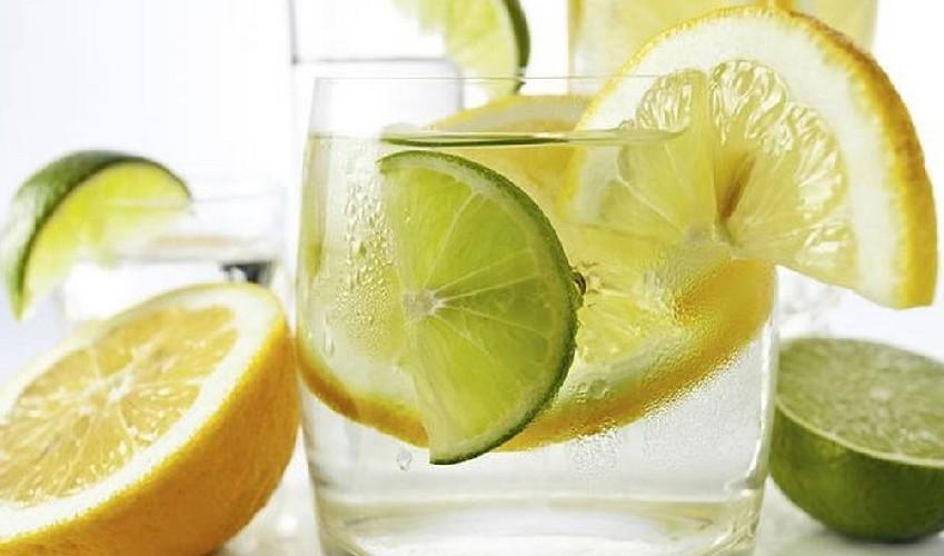 https://www.ragusanews.com//immagini_articoli/20-08-2020/perche-bere-acqua-e-limone-al-mattino-500.jpg