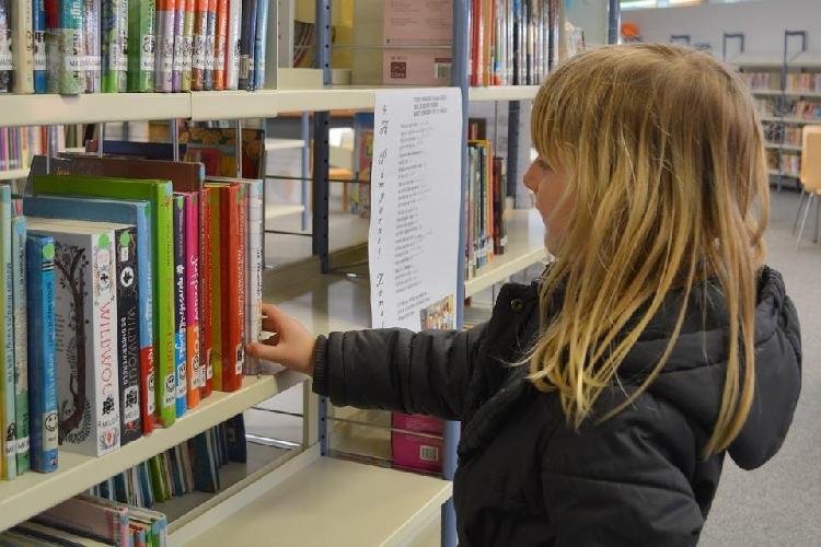 https://www.ragusanews.com//immagini_articoli/20-09-2017/professoressa-millefiori-dona-libri-biblioteca-comunale-500.jpg