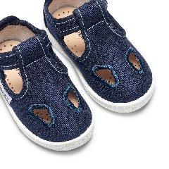 https://www.ragusanews.com//immagini_articoli/20-09-2019/il-bambino-non-ha-scarpe-mamma-ruba-arrestata-polizia-gliele-regala-240.jpg
