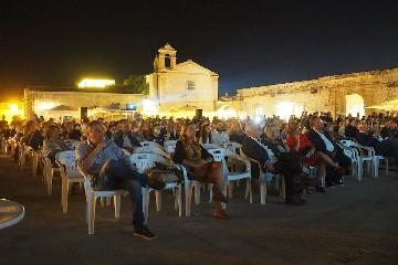 https://www.ragusanews.com//immagini_articoli/20-09-2020/nour-conquista-marzamemi-miglior-film-e-premio-del-pubblico-240.jpg